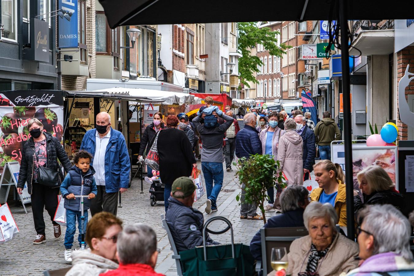 De markt bracht opnieuw animo in het centrum. Ook de terrasjes van de horeca liepen vol.