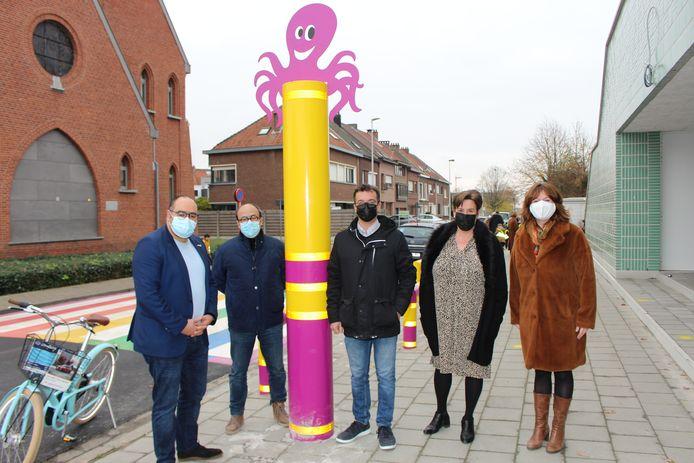 Een delegatie van het gemeentebestuur, met links schepen Abdel El-Hajoutti (CD&V), bij Boom Park, de eerste Boomse Octopusschool. Vanessa Spiessens, directrice van Boom Park, uiterst rechts, vervolledigt het gezelschap.