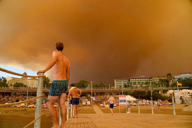 Toeristen geëvacueerd in het zuiden van Turkije wegens bosbranden. Beeld AFP