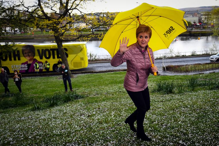 Premier Nicola Sturgeon op campagnepad. Beeld REUTERS