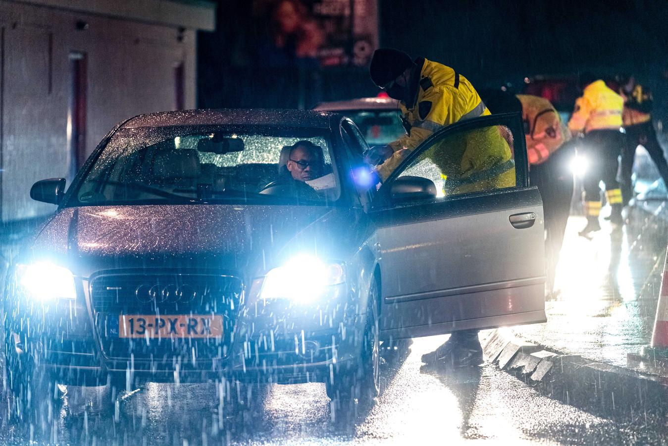 Automobilisten werden op de A2 ter hoogte van Zaltbommel gecontroleerd door de politie.