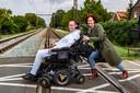 Vorig jaar belandde Hanno Bos bijna onder de trein omdat zijn rolstoel het begaf.