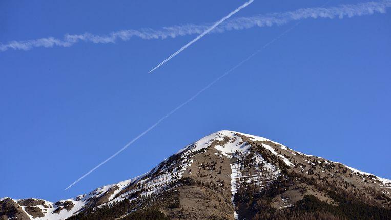 Vliegtuigsporen boven de Franse Alpen, niet ver van de plek waar het Germanwings-toestel neerstortte. Beeld getty