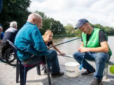 Egbert (80) blijkt natuurtalent bij vissen op nieuwe stek in Wierden: 'Je hebt alweer beet...'