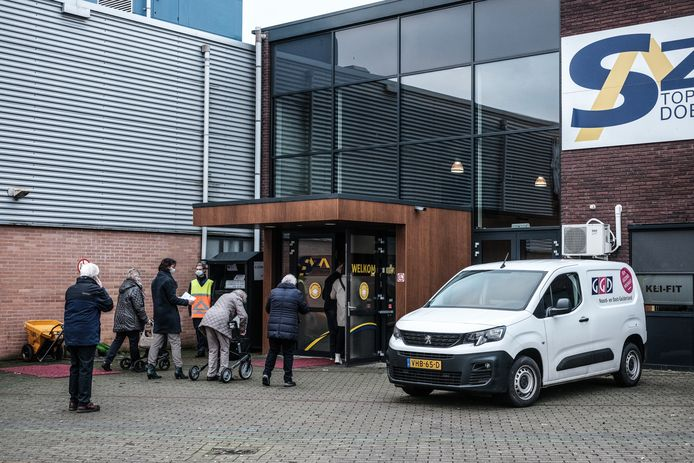 Mensen lopen naar binnen bij de topsporthal in Doetinchem, één van de vaccinatielocaties van de GGD in de Achterhoek. De personen op deze foto hebben niets te maken met de bedreigingen.