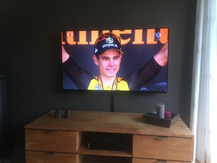 Wout van Aert thuis bij Jos van Aert op de buis. Jos kon Wout dit jaar alleen maar zien en volgen op de televisie.