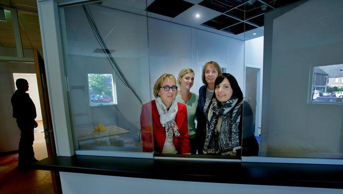 De vier verloskundigen in hun nieuwe Verloskundig Centrum. De balie staat er, maar er is nog wel wat werk te doen.