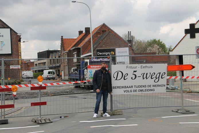 Wouter Verhaeghe van Frituur De 5-Weghe bij de werken aan de rotonde aan de Vijfwegen.