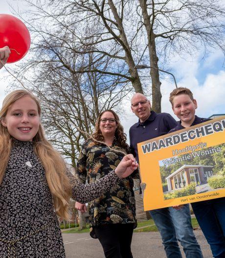 Prijzenfestival in Oosterwolde, iedereen blij: winnaars  met vakantiehuis en dorp met nieuw dorpshuis