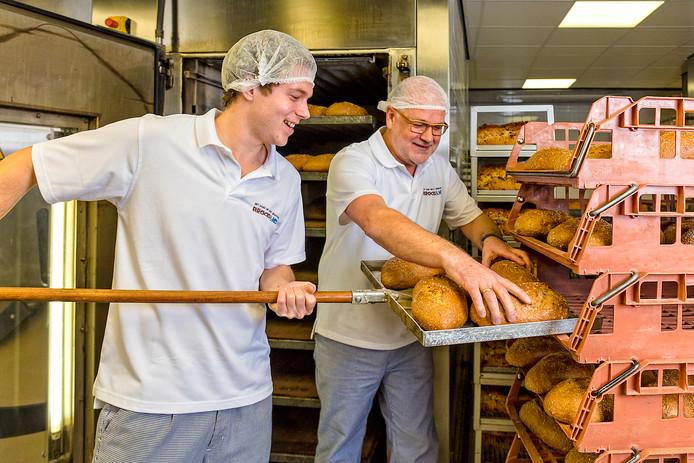 Ko van Daalen en zoon Stefan in de bakkerij in Bodegraven. Archieffoto