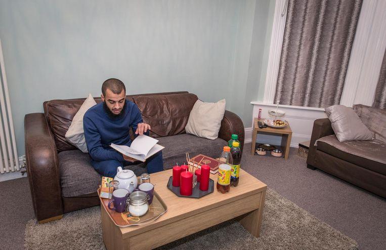 Het bescheiden appartement van Ahannach, vooral praktisch ingericht Beeld Dingena Mol