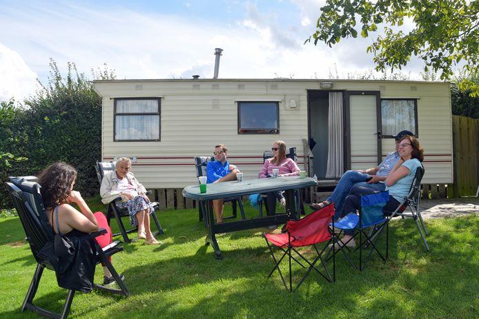 25 plekken telt minicamping De Stropielekker in Zaamslag en op één plek wordt dit weekend de verjaardag van Diny van Westen (2e van links) gevierd. Haar familie uit Enschede geniet van het rustige, beschutte plekje.