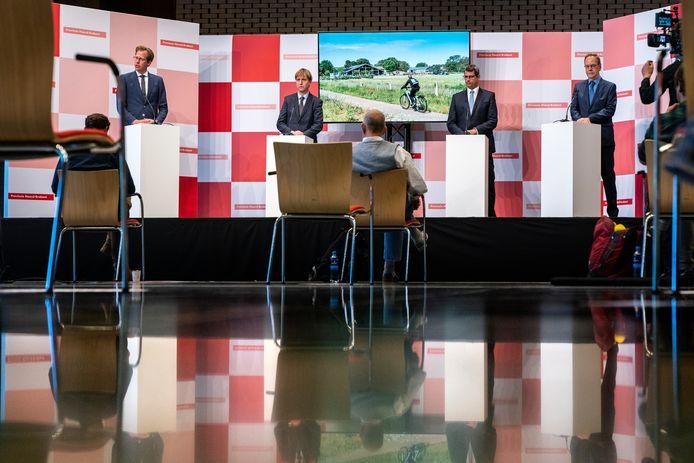 Het nieuwe provinciebestuur, met rechts Wil van Pinxteren. De nieuwkomer van Lokaal Brabant neemt als bestuurder voor 'Vrije Tijd' het stokje over van zijn collega die nog gedeputeerde 'Cultuur' heette.