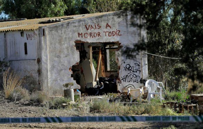 In het gekraakt pand stond het opschrift 'Vais a morir todiz' of 'Jullie zullen allemaal sterven'  op de gevel. Dat werd aangebracht voor het gezin er ging wonen, bij opnames voor een film.