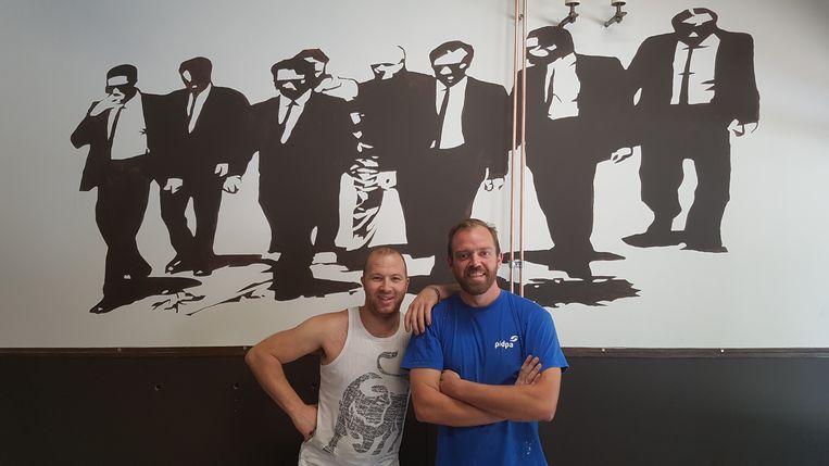 """Bart (links) en Philippe lieten een tekening van de film Reservoir Dogs op de muur plaatsen. """"We zijn fan van die film en ook zeker van de muziek die erin gespeeld wordt. Filmmuziek gaan we ook regelmatig draaien in 't Oor."""""""