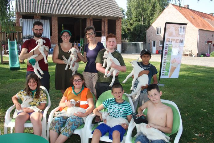 De deelnemers van het Pirlewiet-kamp mochten als afscheid van De Klaverlochting enkel geitenlammetjes knuffelen.