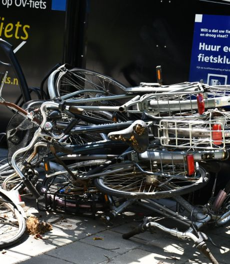 Station Vroomshoop ligt bezaaid met vernielde fietsen: 'Chaos'