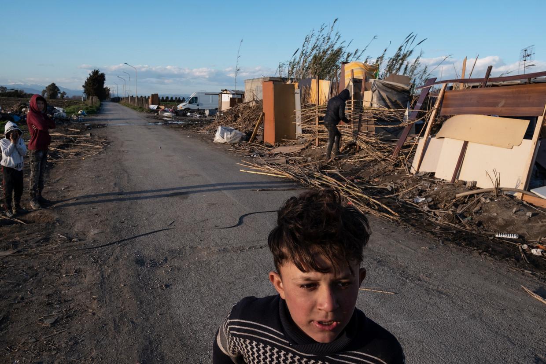 Roma-kinderen wonen pal naast stortplaats Taverna del Re. Water sijpelt hier weg van de vuilopslag, recht het tomatenveld ernaast in. Beeld Giulio Piscitelli