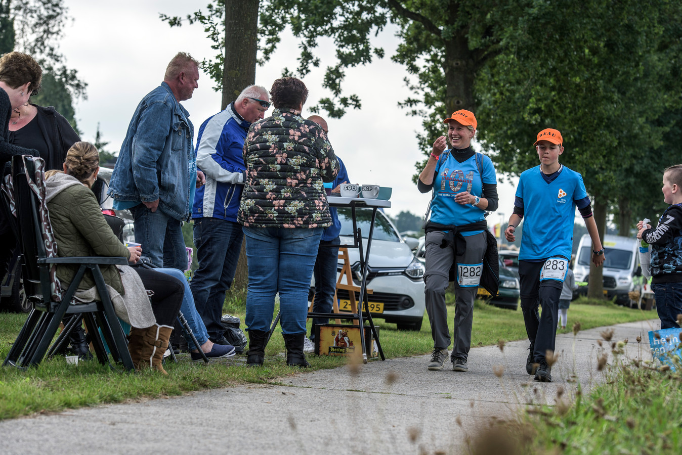 Wandelaars in actie tijdens de 80 van de Langstraat in Waalwijk.