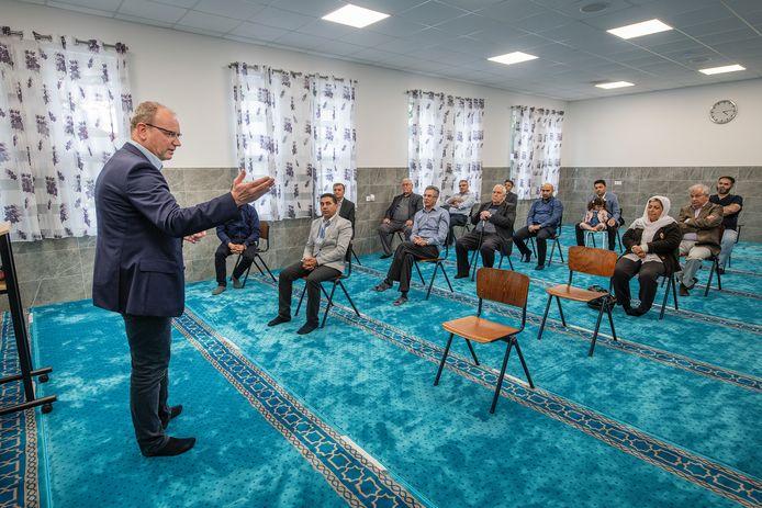 Wat er onder hen leeft, wil Ton Heerts weten van de Afghaanse inwoners van Apeldoorn. De belangstelling doet de groep goed.
