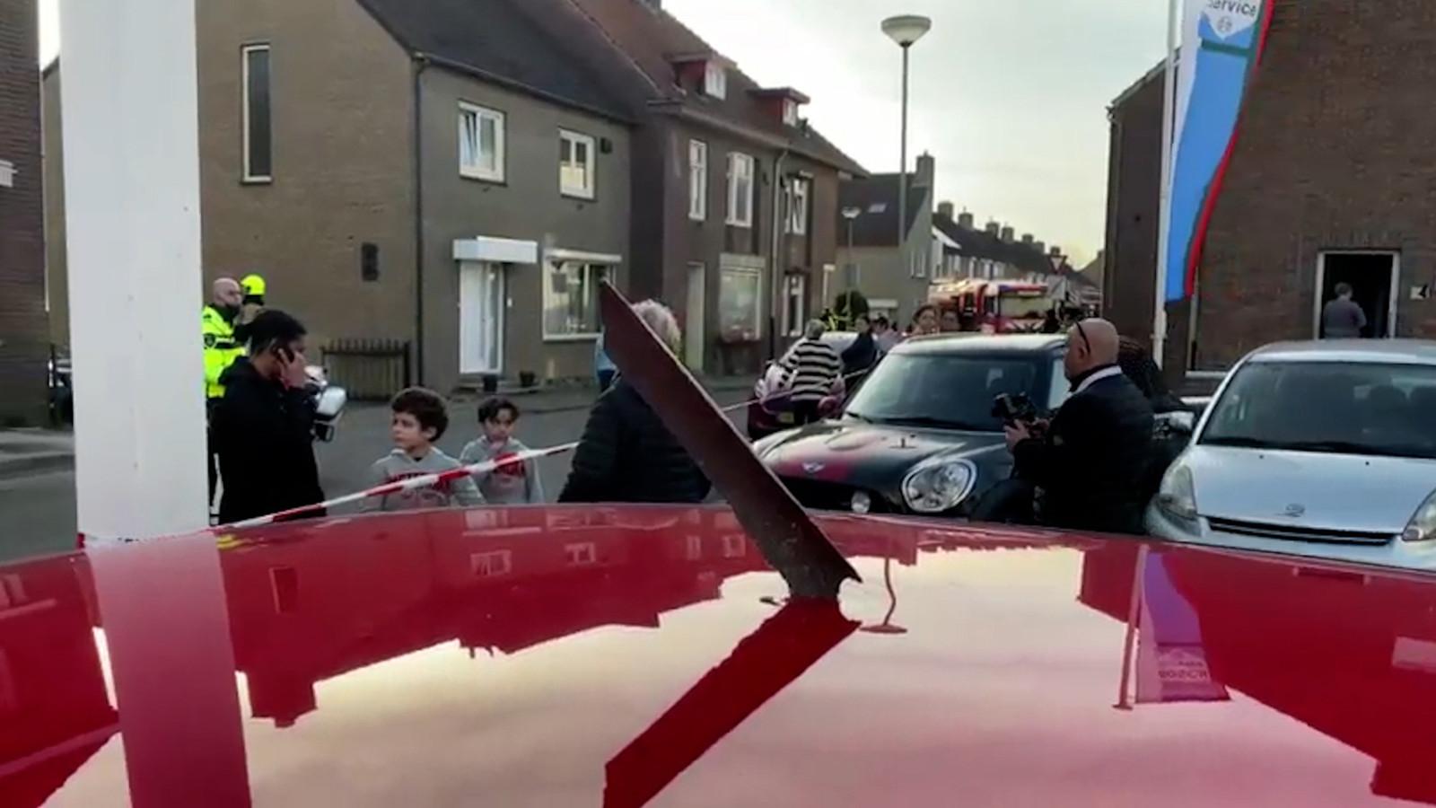 Diverse brokstukken van de hebben auto's beschadigd in de omgeving van Meerssen.