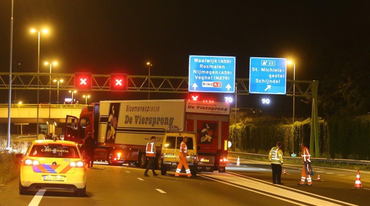 Een vrachtwagen blokkeerde de weg tot de hulpdiensten arriveerden.