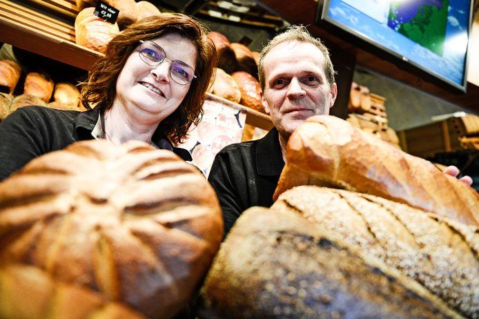 """Anne-Marie en Gerard Klein Wolterink in de bakkerij in winkelcentrum Groot Driene. """"Mijn achternaam is veel te lang. En het was ook een knipoog naar Bakker Jos. Drie jaar later sloten we ons aan bij het Echte Bakkersgilde. Toen werd de naam: Gerard De Echte Bakker'."""""""