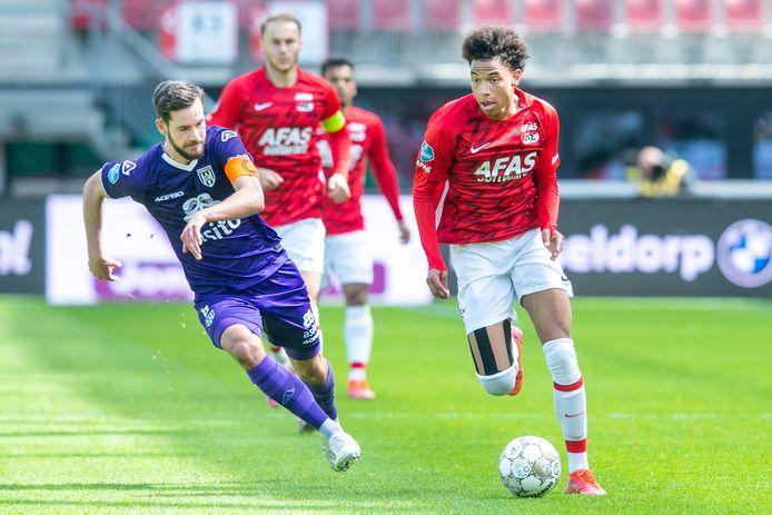 Oretis Kiomourtzoglu (links) begon weer in de basis bij Heracles. Zijn kopbal was de grootste kans van de wedstrijd voor de uitploeg die toch wel kansloos verloor.    during the match AZ - Heracles