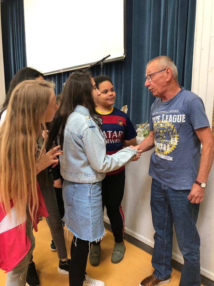 Gerrit Holstege neemt felicitaties van leerlingen in ontvangst.