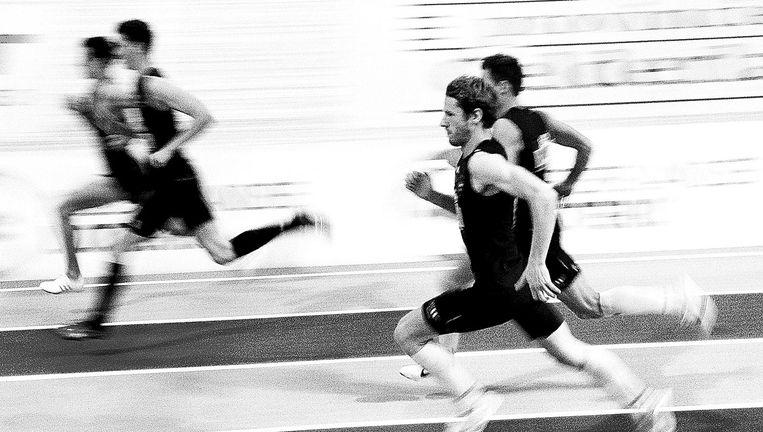 Thijmen Kupers (voorgrond) tijdens zijn winnende 800 meter op de NK in Apeldoorn, waar hij 1.49,20 liep. Beeld Klaas Jan van der Weij