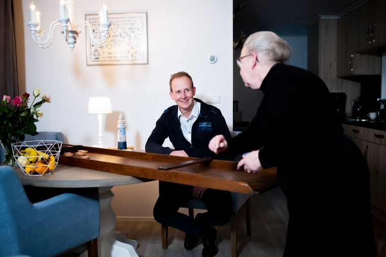 John Lapré bij zijn moeder in Elspeet. Beeld Bram Petraeus