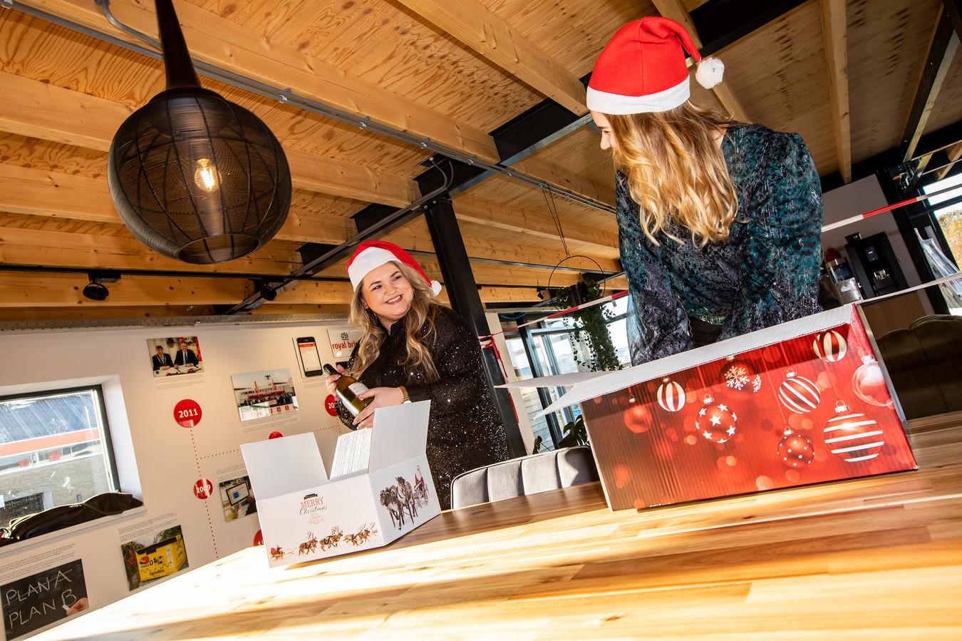 Andreea Blum en Michelle Jamoneau pakken de kerstpakketten vast in voor het personeel van Royal Brinkman.