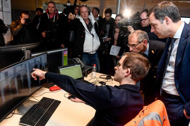 Minister De Croo tijdens een bezoek aan de Grensinspectiepost op Linkeroever. Beeld BELGA