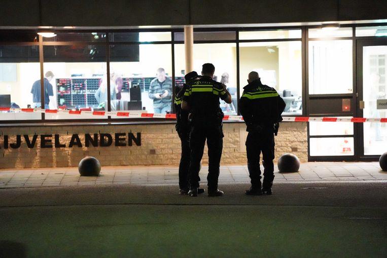 Politieagenten bij Forensisch Psychiatrisch Centrum (FPC) de Kijvelanden, waar de twee tbs'ers wisten te ontsnappen. Beeld ANP
