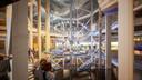 Blikvanger binnen wordt het atrium, met in het midden een enorme sculptuur met onder meer een maquette van de haven