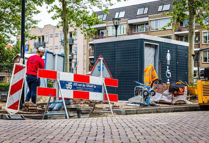 Een nieuwe wc wordt geplaatst op de Grote Markt in Dordrecht.