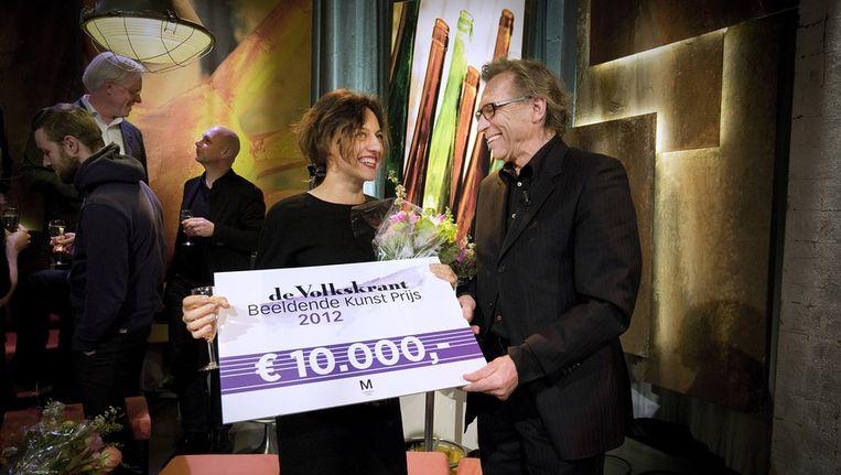 Tala Madani krijgt de Volkskrant Beeldende Kunst Prijs uitgereikt uit handen van juryvoorzitter Jan Mulder. Beeld Bart Mühl / de Volkskrant