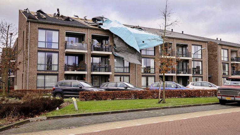 Het dak van een seniorencomplex in Beek En Donk is door de westerstorm eraf gewaaid. De harde windstoten zijn onder het dakleer gewaaid waardoor het dakleer is losgekomen Beeld anp