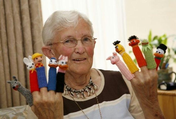 Geef de inmiddels 81-jarige Manna Brederveld die tegenwoordig in Epe woont vier pennen en breigaren en ze gaat meteen aan de slag. De vingerpopjes vinden gretig aftrek. Foto HENRI VAN DER BEEK