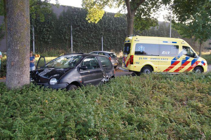 Auto botst tegen boom in Vlijmen.