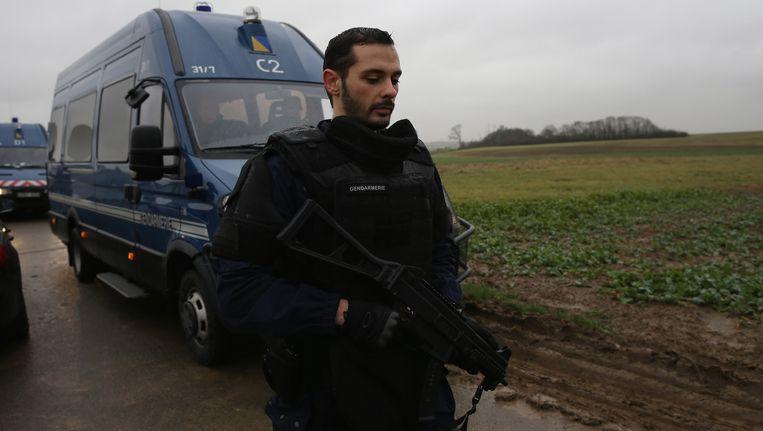 Een ME'er arriveert in Dammartin waar een operatie gaande is om de twee hoofdverdachten op te sporen. Beeld getty