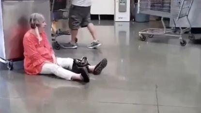 Vrouw (77) gaat op winkelvloer zitten omdat ze mondmasker moet dragen