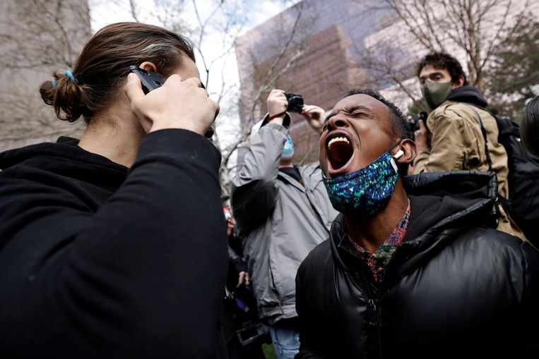 Uitgelaten reacties na het vonnis buiten de rechtbank in Minneapolis. Beeld REUTERS