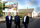 V.l.n.r.: Directeuren Joost Eggink en Marc Janssen van Holtburgh Capital met hun projectleider Gerko van Nes voor de te slopen panden aan het Kromhout, waar het nieuwe appartementencomplex wordt gebouwd.