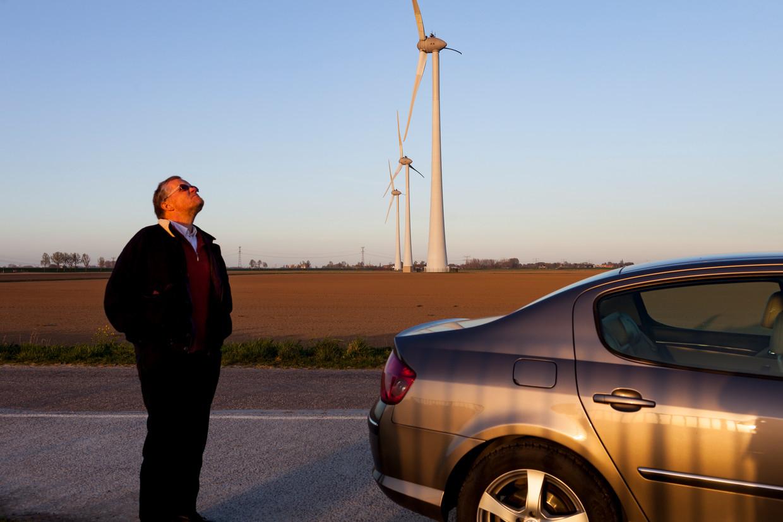 'Een vliegtuig dat maar niet weggaat', zo omschrijft Claus van de Wiel het geluid van de windturbines die in 2018 vlak bij zijn huis in Nieuw-Beijerland verrezen.  Beeld Renate Beense
