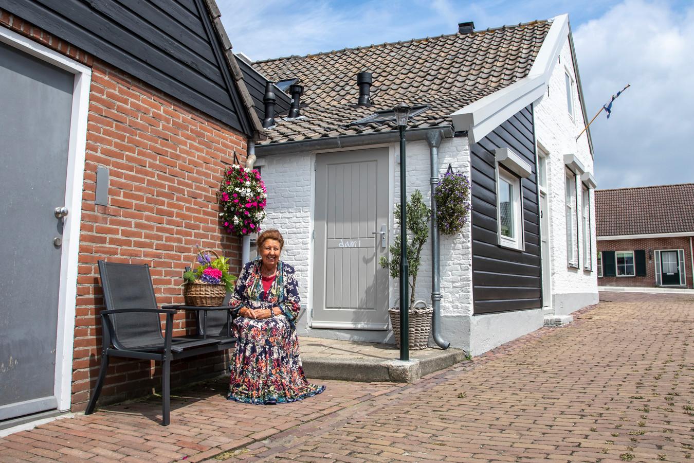 """Adriana Meijer bij de achterdeur van haar ouderlijk huis: ,,Die moesten we goed dichthouden, anders dromden de schapen zó de keuken in."""""""
