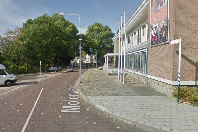 Het Molenwater in Middelburg werd tot aan de schouwburg afgezet na de vondst van een hoofd in een bushokje.