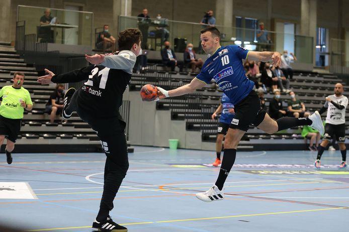 Yannick Glorieux oog in oog met de Tongerse doelman Arthur Vanhove.