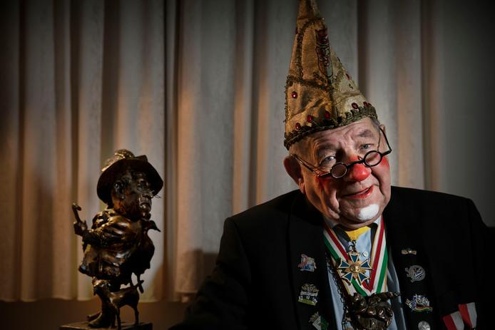 Buutreedner Pierre Cnoops met op zijn hoofd de gouden narrenkap die hij in 1963 won bij het Limburgse Buuttekampioenschap.