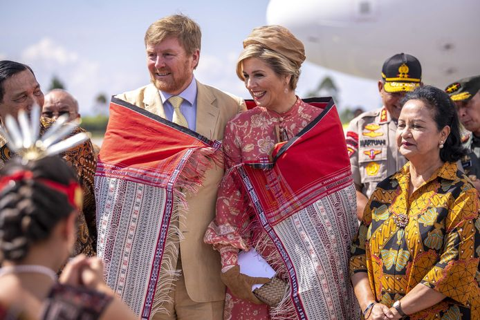 Staatsbezoeken horen ook bij het werk van de koning en koningin. Tijdens hun staatsbezoek aan Sumatra krijgt het koningspaar een Ulos omgehangen als welkom.